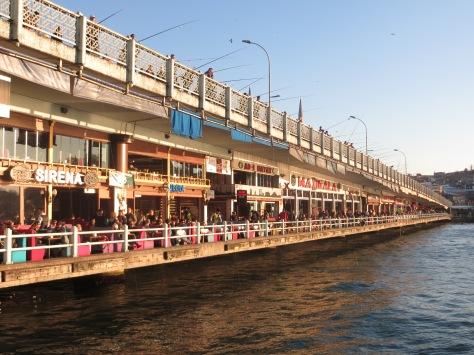 Puente Galata - Golden Horn Arriba los pescadores, en medio los turistas y en el agua... zillones de medusas!