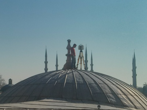 Topógrafo intrépido sobre una de las cúpulas de Sofia
