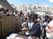 Bar-Mitzvá - Jonathan transporta la Torá en presencia del rabino