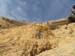 Masada - Juny nos espera casi en la cima mientras contempla las vistas ;)