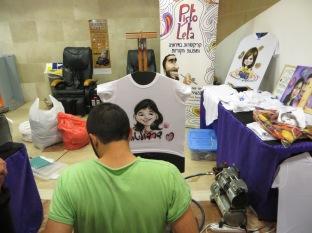 En el hospital puedes comprar camisetas personalizadas para los niños enfermitos. Nos encanta la idea!