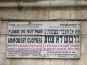 Panel a la entrada del barrio ultra ortodoxo