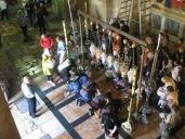 Basílica del Santo Sepulcro - Creyentes postrándose sobre la roca donde pusieron los óleos al cuerpo de Jesús antes de introducirlo en el sepulcro.