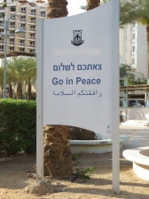 """Go in Peace"" en medio de una playa de Eilat"
