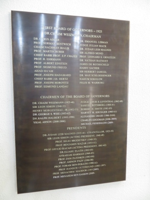 UHJ - Menuda lista de fundadores: Einstein, Freud,...