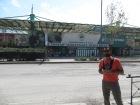 Juny y el fútbol ;) Muy contento posando delante del campo del Panathinaikos F.C.