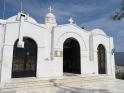 Un preciosa iglesia blanca en lo alto del monte Lycavittos