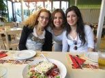Elsa, María y yo antes de comernos los deliciosos souvlakis y la ensalada griega :P