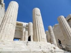Entrando al Acrópolis. Se observan los distintos módulos de los pilares, los transportaban y montaban en bruto y acababan de darle forma una vez estaban en su posición final.