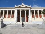 Juny y las universidades... cómo le gustan! En este caso ante el edificio principal de la Universidad de Atenas