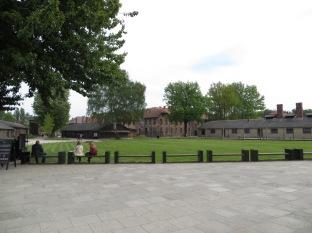 Salimos de Cracovia y tras hora y media de viaje llegamos a Auschwitz. Un lugar gris, con edificios de ladrillo rojo rodeados de verde césped.
