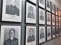 Y caminando a lo largo del pasillo ves fotos de cientos y cientos de presos polacos que también fallecieron en Auschwitz.