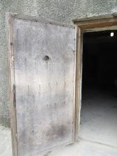 Se pedia a los prisioneros que se desnudaran para entrar a las duchas colectivas, y de este edificio salían cenizas.
