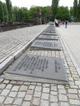 Y para finalizar, las placas conmemorativas en las lenguas de las personas que fueron asesinadas en Auschwitz-Birkenau