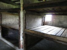 En su interior, literas de tres niveles, con cinco personas por nivel.