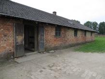 Aquellos que no eran directamente ejecutados, pasaban a formar parte del campo de concentración. Los primeros barracones de Birkenau también fueron de ladrillo