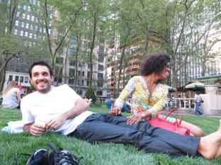 """Y tras semejante """"panzá"""", que mejor que tirarse a la bartola en el césped neoyorkino. Pablo y Nikita, espectacularmente guapos!"""