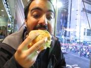 Devorando un McDonald's en Time Square, más americano... no se puede :P
