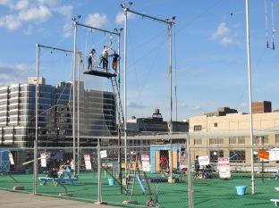Ultima tarde en NY. Escuela de trapecistas en el tejado de un parking, al lado del río.