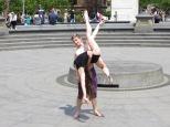 Dos bailarines en plena acción.