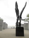 Monumento a los caidos durante la WWII en Battery Park, al fondo la Estatua de la Libertad.