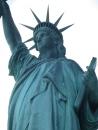 Detalle del color verde debido a la oxidación de las planchas de cobre que forman la estatua. El ingeniero Gustave Eiffel (sí sí, el de la torre) tuvo que emplearse a fondo para ayudar a que semejante escultura hueca hecha con metal se tuviera en pie a pesar de los fuertes vientos que azotan la zona... y parece que lo consiguió!