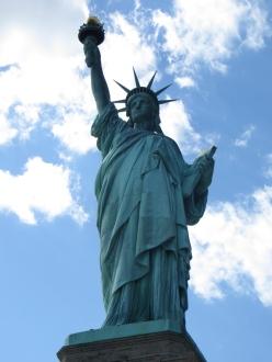 Con este gesto recibía la Dama de Nueva York a los emigrantes ofreciéndoles la libertad