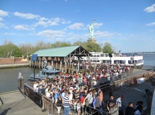 No sé yo si vamos a caber todos en el barco... por si acaso nos pondremos en la cubierta!