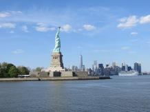 Llegando a la Estatua de la Libertad, con el skyline de Nueva York al fondo.