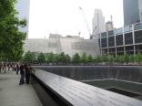 Perímetro de las cascadas con los nombres de las personas fallecidas el 9/11.