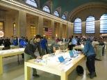 Revisando las noticias del día en la tienda Apple más grande del mundo