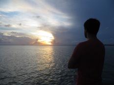 Juny contemplando como se pone el sol