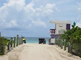 Playa, vegetación, torres de vigilancia coloridas, quads... así son las playas de Miami Beach