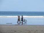 Cuando baja la marea, se ven muchas bicis pasar por la playa