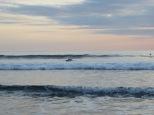 Surfeando al atardecer