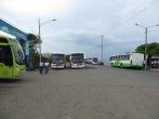 Estación de buses con ambiente marítimo