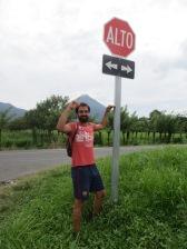 En Costa Rica traducen hasta los STOP, ole ahi!