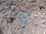 Esto en su momento fue lava, ahora es una especie de tierra arenosa que cruje al pisarla