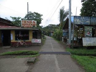 La calle principal de Tortuguero. Un dia despues de esta foto necesitabas botas de agua para caminar por ahí... o pies descalzos!!!