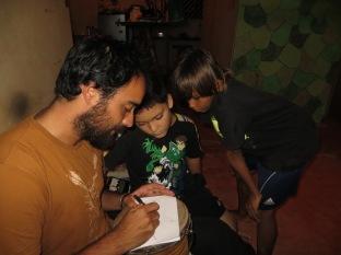 Juny dibujando y explicando a Jey-Jey y a su amiguito donde estaba España y nuestras ciudades de origen ;)
