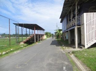 Salimos del aeropuerto y... ya estábamos en el propio pueblo de Bocas! Así que andando al hotel. A la izquierda, las gradas para ver aterrizar y despegar los aviones.