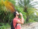 Tras aprender a abrir cocos sin martillo en Jacó, nos pareció un regalo del cielo bebernos este coquito en medio de la costa salvaje