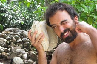 Haciendo el mono con el conchón en Cayo Zapatilla