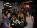 En el Sunset Bar con Lupe, Alex y sus amigos Leslie y Hu :) Creo que nos pasamos con las cervezas, pero es que había oferta de 2x1!!! XD