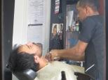 Juny totalmente en manos del barbero, ... que miedito!!