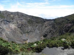 El cráter principal tiene una profundidad de 300 m y un diámetro de 1050 m!