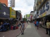 Una calle de tiendas muy cercana al Casco Viejo