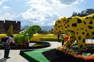 Lagarto y guepardo formados por coloridas flores. Enormes y preciosos. Photo by Casey French