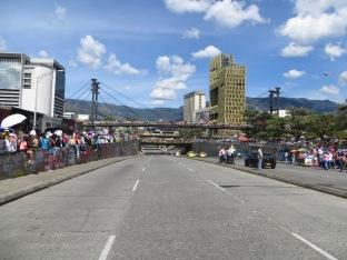 Llegó el día, fijaos cómo está el puente... por el que no iba a pasar el desfile. Simplemente para poder verlo desde la distancia.