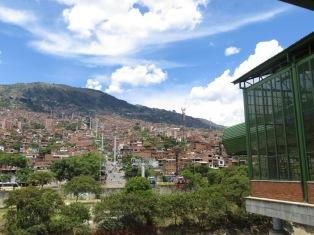 Metrocable que conecta el centro de la ciudad con lo alto de la montaña